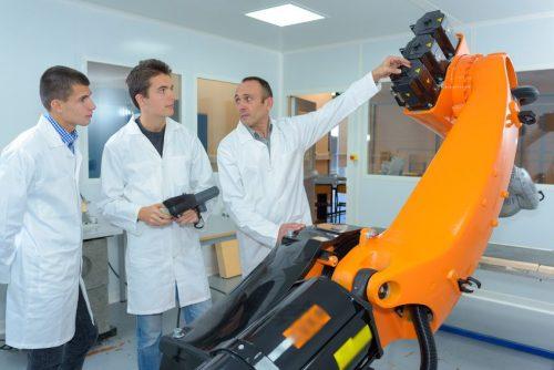 inżynier uruchamia robota